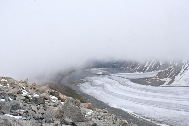 Landschap van rotsen bedekt met sneeuw en mist overdag in de winter