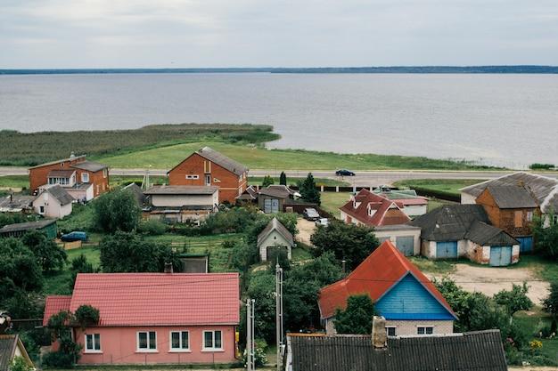 Landschap van rustieke kleurrijke huizen