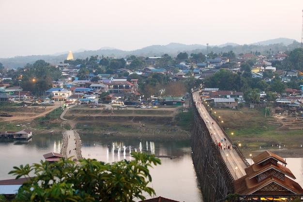 Landschap van sangklaburi of myanmar houten brug vanuit het oogpunt. stadsgezicht van lokale traditionele cultuur en vreedzame levensstijl of langzaam leven