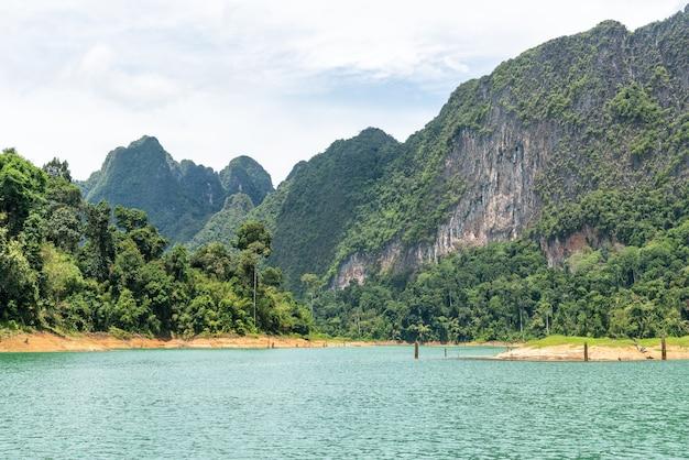 Landschap van smaragdgroen meer, bos en berg