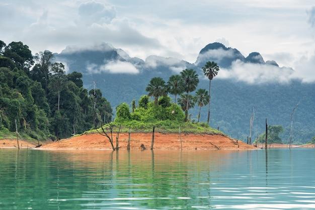 Landschap van smaragdgroen meer, bos en mountai