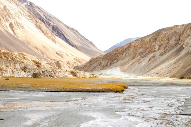 Landschap van sneeuw en bewolkt op de bergketen van himalayagebergte, leh ladakh, noordelijk deel van india