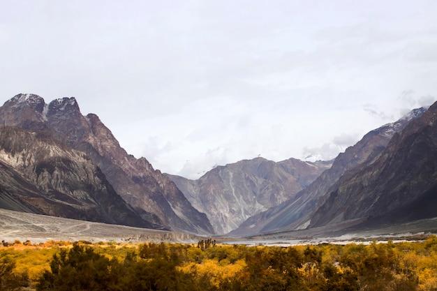 Landschap van sneeuw en bewolkt op himalayagebergte, leh ladakh, noordelijk deel van india
