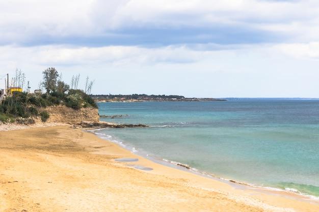 Landschap van strand en zee. mooie kust met zand