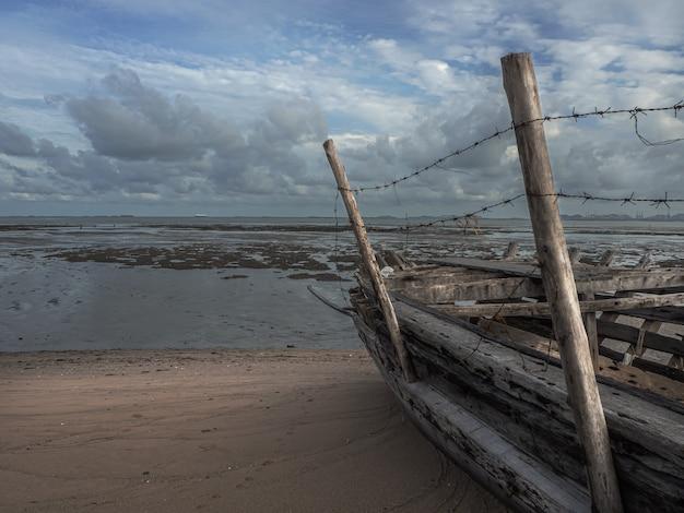 Landschap van stranden met zee en boot crasht, pattaya thailand.
