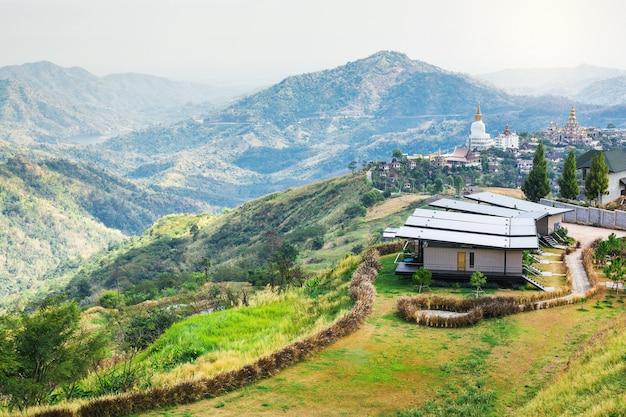 Landschap van thuis blijven en dorp tample op de top van berg gezichtspunt khao kho, phetchabu