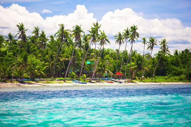Landschap van tropisch eilandstrand met perfecte blauwe hemel