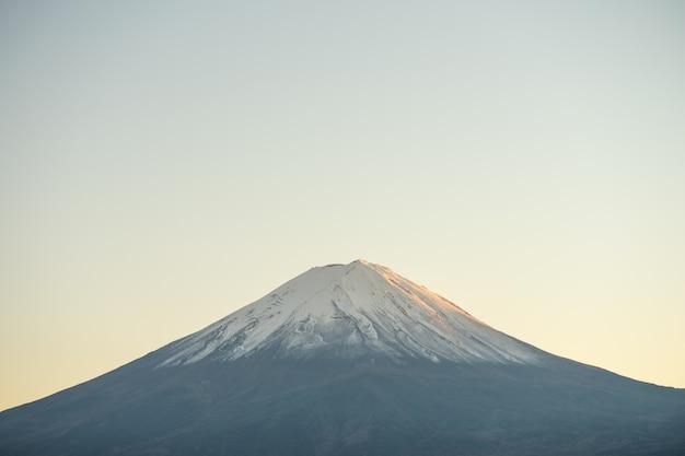 Landschap van uitzicht op de berg fuji en lake kawaguchiko in de ochtend is een toerist