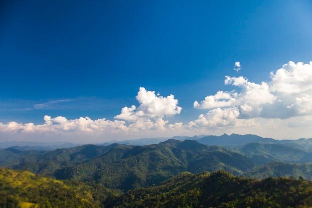Landschap van uitzicht op de bergen en avontuur in kanchanaburi, thailand