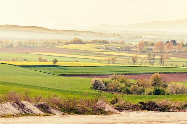 Landschap van veld en huizen in de vallei