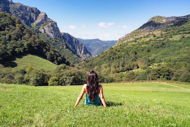 Landschap van vrouw in bergen van asturië, spanje