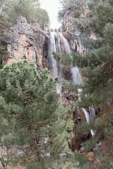 Landschap van waterval in bergen