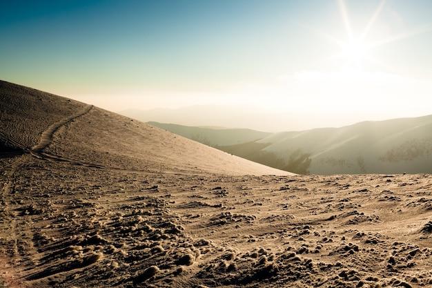 Landschap van witte bergdal bedekt met sneeuw op duidelijke ijzige winterdag. uitzicht op winter wonderland natuur concept