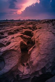 Landschap van zonsondergang bij sam phan bok in ubonratchathani ongezien in thailand. de grand canyon van thailand.