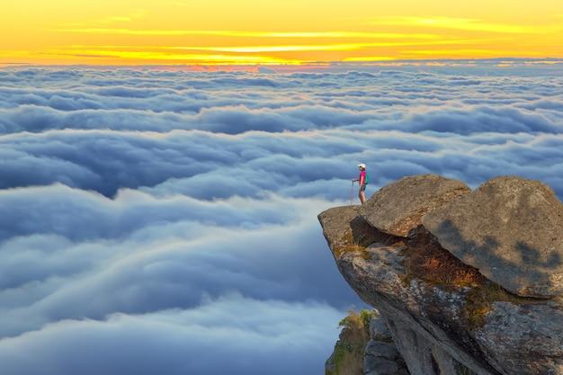 Landschap van zonsopgang op berg in thailand