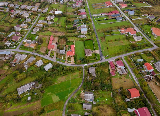 Landschap vanaf een hoogte van een dorp vanaf een hoogte, bovenaanzicht een hoogte met velden