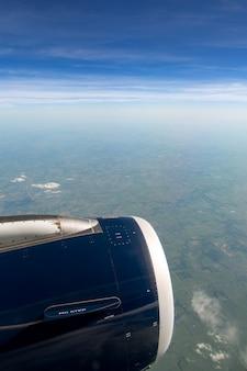 Landschap vanuit het raam van een vliegtuig over vliegende velden