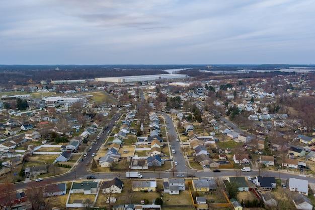 Landschap vroege lente in het slaapgedeelte van een amerikaanse kleine stad met uitzicht vanaf een hoogte nj usa