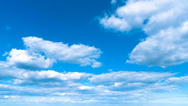 Landschap witte wolken op een blauwe hemel