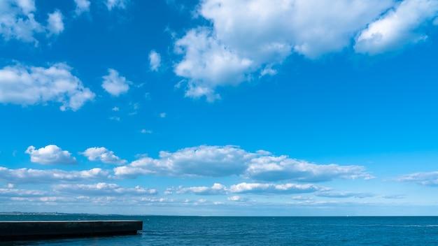 Landschap witte wolken op een blauwe lucht boven de zee