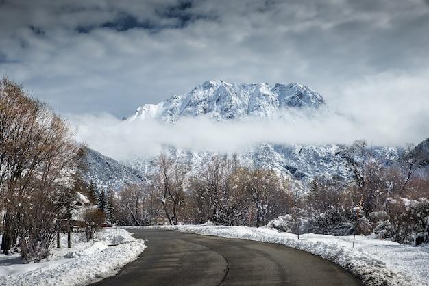 Landschappen bedekt met sneeuw, vastgelegd vanaf de snelweg in de winter