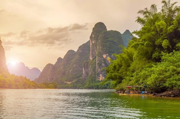 Landschappen groen blauwe mist water