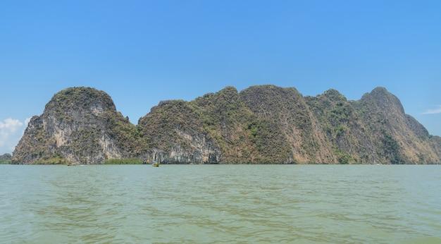 Landschappen van kalkstenen eiland in phang nga bay national park, thailand