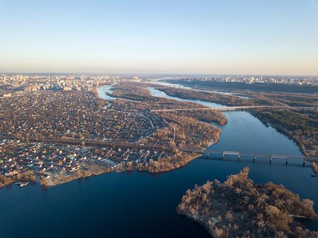 Landschaps mening van de linkeroever van kiev met de rivier de dnjepr tegen de blauwe hemel