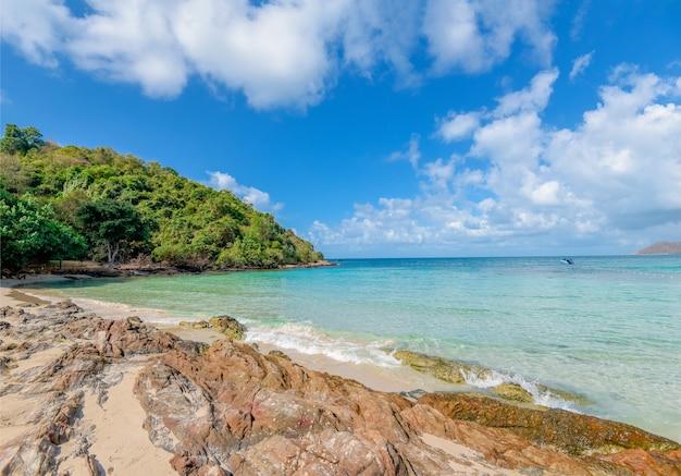 Landschaps overzees strandwater en kust blauwe hemel van zeegezicht de rotsachtige golven