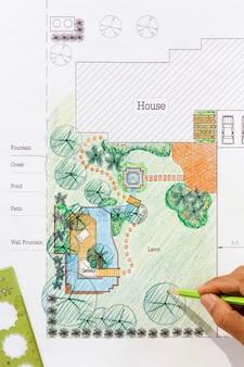 Landschapsarchitect ontwerpt watertuinplannen voor achtertuin