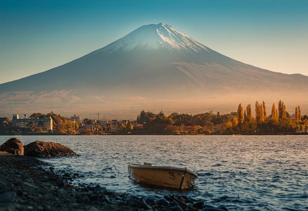 Landschapsbeeld van mt. fuji over lake kawaguchiko bij zonsopgang in fujikawaguchiko, japan.
