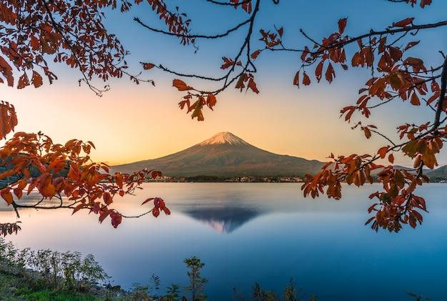 Landschapsbeeld van mt. fuji over lake kawaguchiko met de herfstgebladerte bij zonsopgang in fujikawaguchiko, japan.