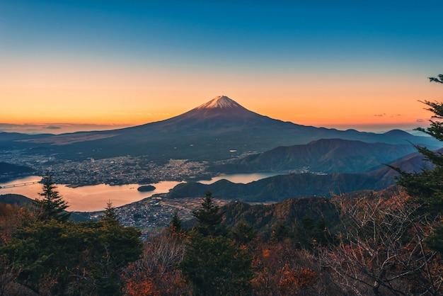 Landschapsbeeld van mt. fuji over meer kawaguchiko met de herfstgebladerte bij zonsopgang in fujikawaguchiko, japan.