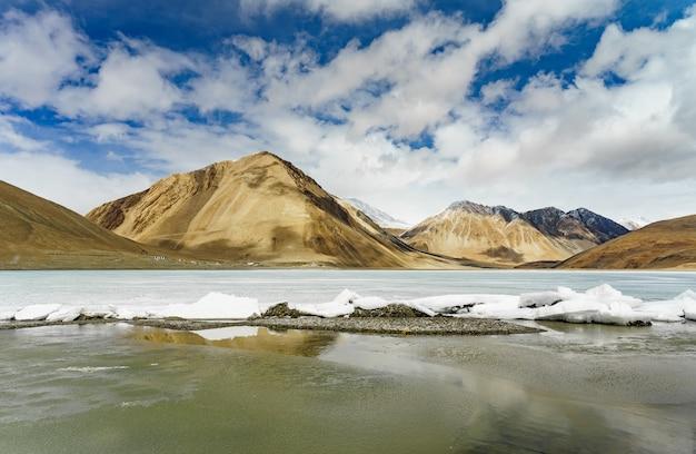 Landschapsbeeld van pangong-meer en bergenmeningsachtergrond in ladakh, india.