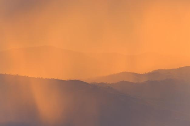 Landschapsberg en warm licht en regenachtig in aard, doi inthanon, chiangmai thailand