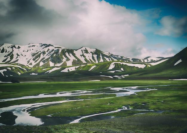 Landschapsfoto van groene en witte bergen