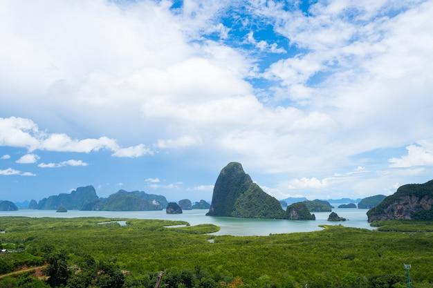 Landschapsgezichtspunt samed nang chee bay uitzichtpunt op de bergen in de provincie phang nga