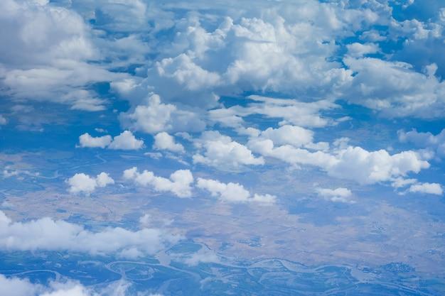 Landschapshemel gezien vanuit een vliegtuig of een vogelperspectief