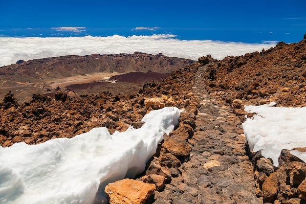 Landschapsmening met wandelpad op vulkanische berg teide in tenerife, spanje