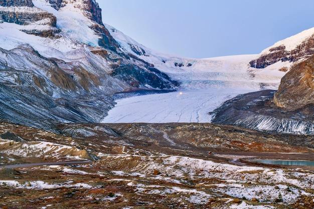 Landschapsmening van athabasca-gletsjer bij het parkway van colombia icefield in jasper national park, canada