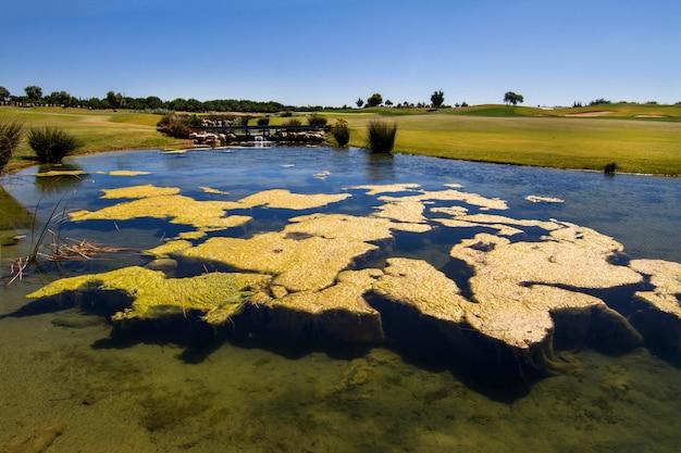 Landschapsmening van een golfbaan in de algarve.