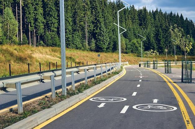 Landschapsmening van fietspad en manier alleen voor voetganger. fietspad verkeersbord langs berg bos meer resort.