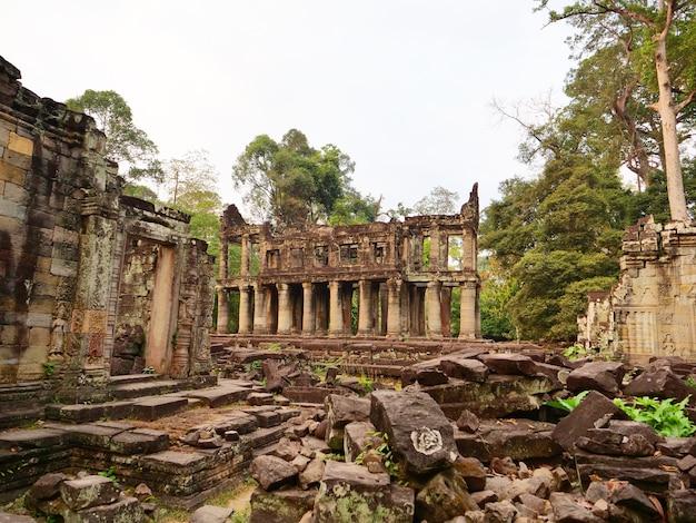 Landschapsmening van gesloopte stenen architectuur bij preah khan tempel angkor wat complex, siem reap cambodja. een populaire toeristische attractie genesteld tussen het regenwoud.