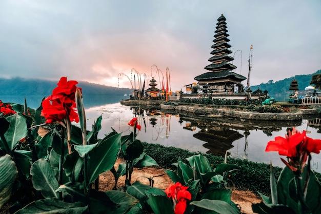 Landschapsmening van pura ulun danu beratan de drijvende tempel in bali, indonesië in ochtend.