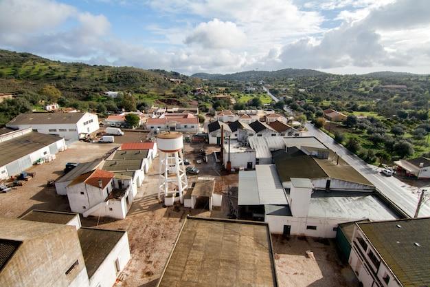 Landschapsmening van santa catarina fonte de bispo dorp op de gemeente van tavira, portugal.