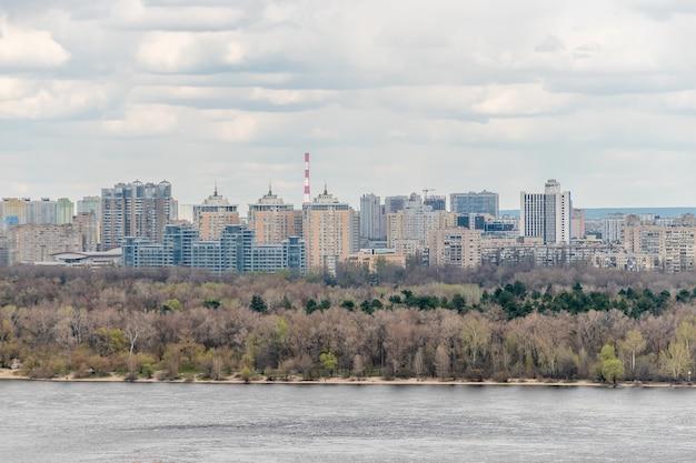 Landschapsmening van stad met huizen in kiev, oekraïne