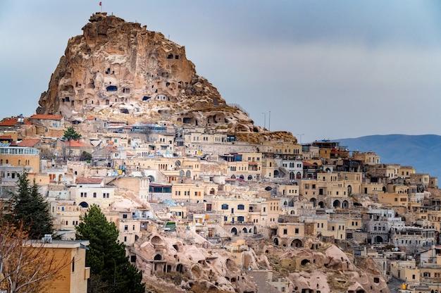 Landschapsmening van uchisar, cappadocië, turkije onder bewolkte hemel