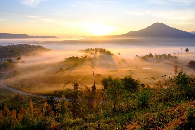 Landschapsmist in ochtendzonsopgang bij ngo van khao takhian