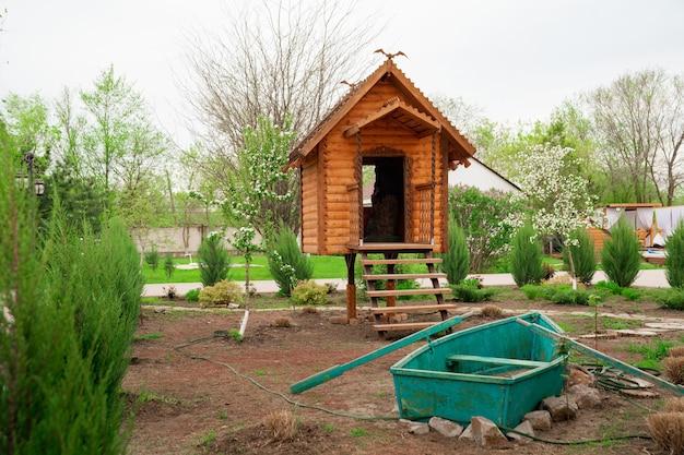 Landschapsontwerp in een fantastisch houten huis voor kinderen en roeiboot