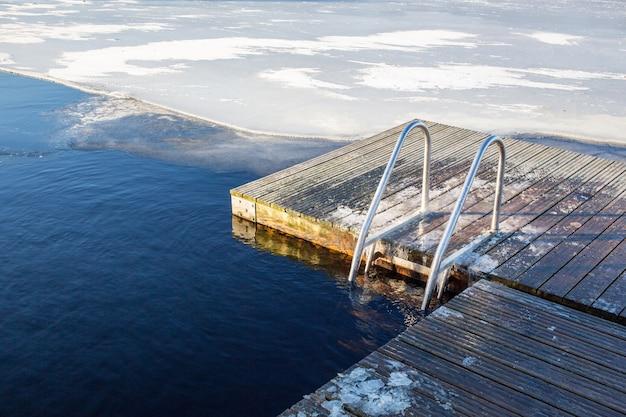Landschapsopname van een natuurlijk ijsbad in zweden